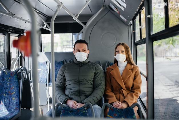 コロナウイルスのパンデミックの最中に公共交通機関を利用する乗客は、お互いの距離を保っています。 protectionnd防止covid 19。