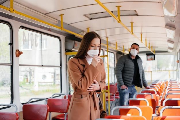 コロナウイルスのパンデミックの最中に公共交通機関を利用する乗客は、互いに距離を置いています。 protectionnd防止covid 19。