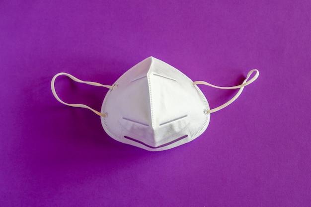 紫色の背景に保護フェイスマスク