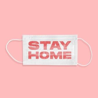 분홍색 배경에 stay home이라는 단어가 있는 보호용 얼굴 마스크, 전염병 확산, 바이러스 2020, 의학, 의료. 전세계 전염병, 검역 및 격리, 보호. 카피스페이스.