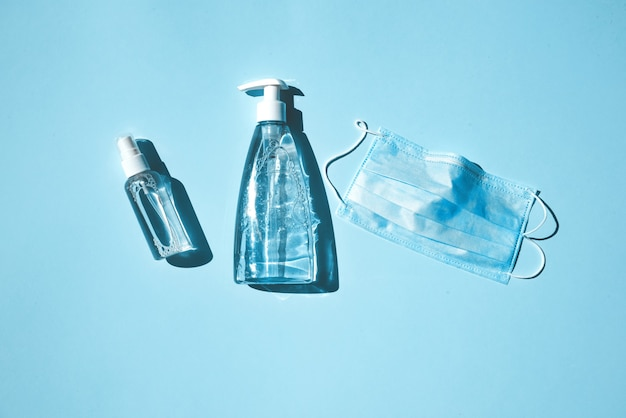保護マスク、消毒剤、防腐剤、石鹸-ウイルスに対する一連の保護。パンデミックにおけるアンチウイルス保護の概念
