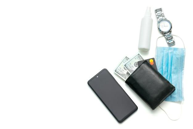 Защитная маска, дезинфицирующее средство, часы, телефон, кошелек, с деньгами, мужские аксессуары на белом столе, с копией, концепция защиты от инфекций
