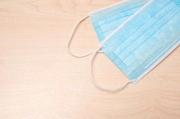 Защитная медицинская маска для лица и эффективный спиртовой раствор для профилактики открытых поверхностей.