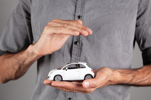 手の中の小型車を保護します