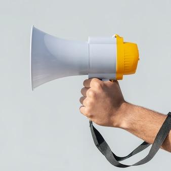 Протестующий держит мегафон для демонстрации