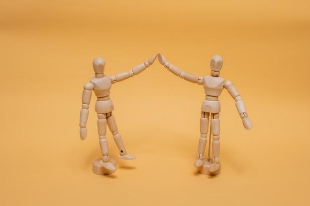 Прототип для рисования стоя, поднимая две руки, приветствуя друг друга на заднем плане.