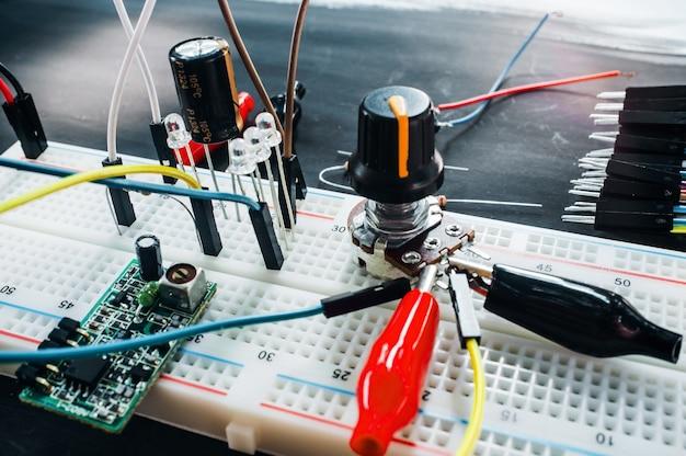 전자 기판 부품 프로토 타이핑. 로봇 공학 기술을 실험하십시오.