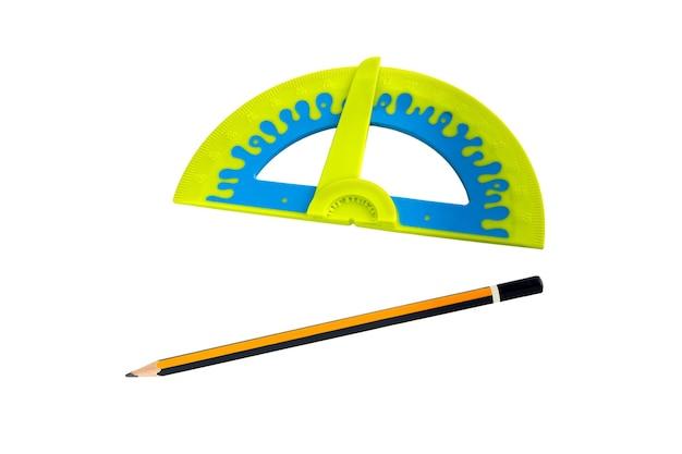 白地に分離された分度器と鉛筆。プラスチック分度器定規