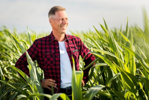トウモロコシ畑で自慢している農学者