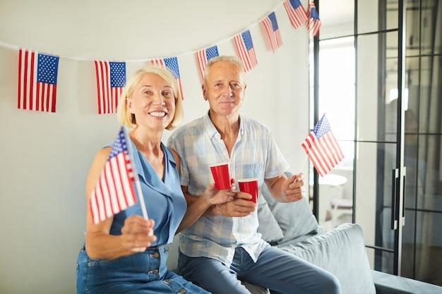 誇りに思っているアメリカ人のカップル