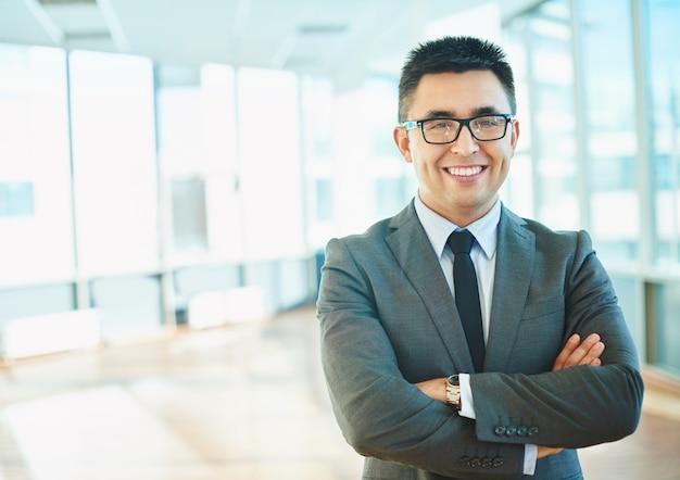 Гордый бизнесмен в своем офисе