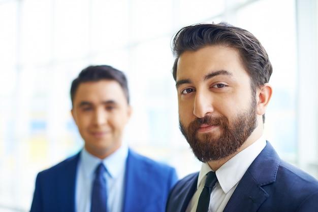 Гордые бизнесменов в офисе