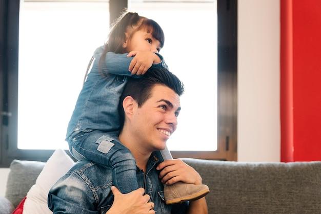 집에서 그의 딸을 편승하는 자랑스러운 아버지.