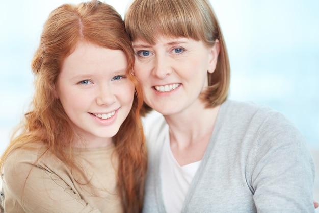 그녀의 딸과 함께 자랑스런 어머니