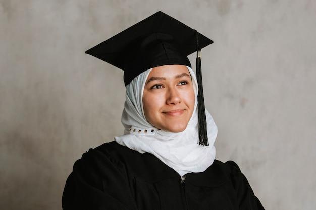 졸업 가운을 입은 자랑스러운 이슬람 여성