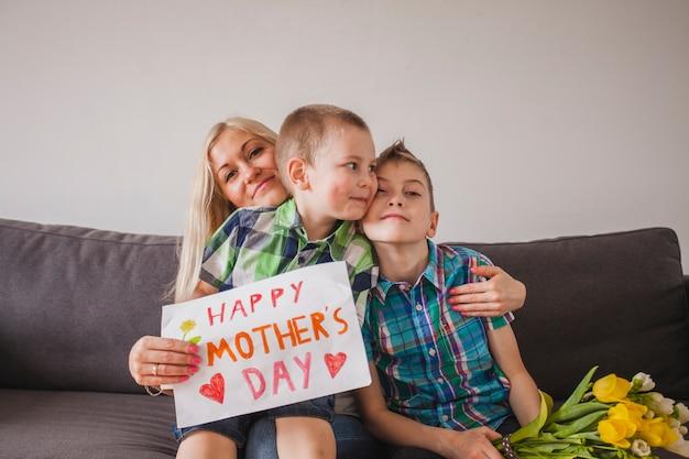 母親の日のために彼女の子供とポーズをとる誇りに思う女性
