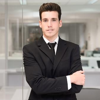 Гордый молодой руководитель готов к запуску