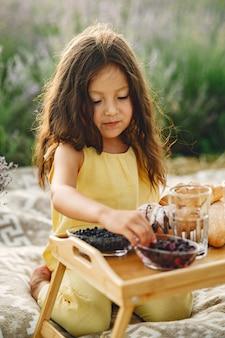 라벤더 밭에서 편안한 프로방스 아이. 피크닉에 어린 소녀입니다.