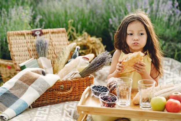 Provenza bambino rilassante nel campo di lavanda. bambina in un picnic.