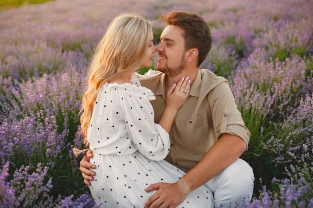 Пара прованса расслабляющий в поле лаванды. дама в белом платье.