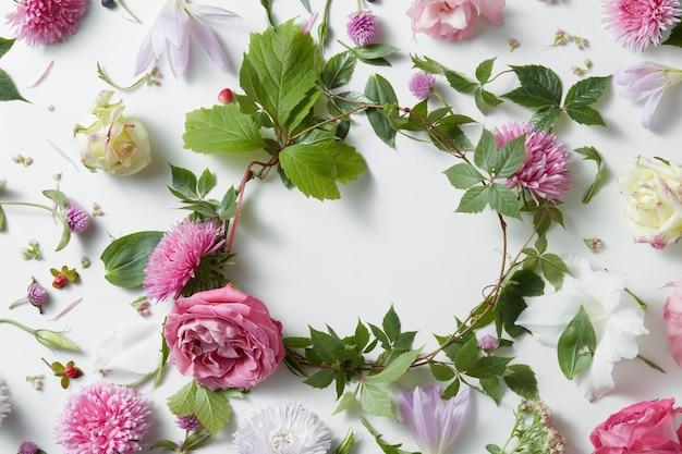 白い表面にピンクの花のプロヴァンスフレーム