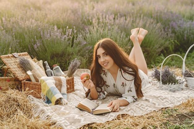 ラベンダー畑でリラックスしたプロヴァンスの女性。ピクニックの女性。