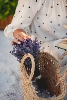Provenza donna rilassante nel campo di lavanda. signora in abito bianco.