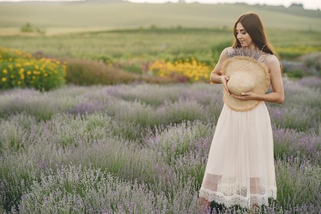 Provenza donna rilassante nel campo di lavanda. dama con un cappello di paglia.
