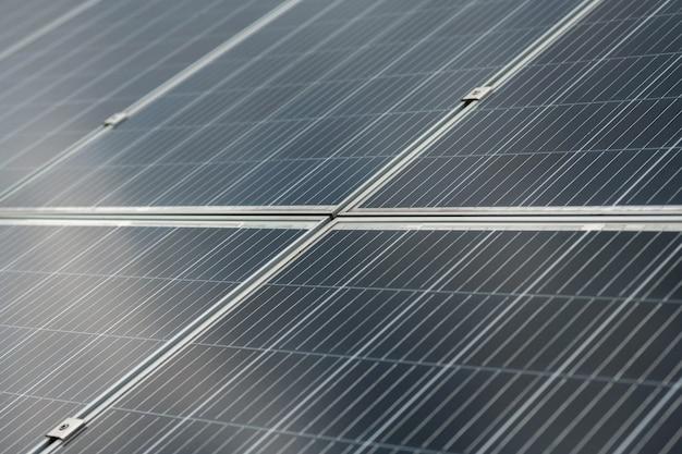 エネルギーを提供します。同一のセクションと取り付けで構成されるソーラーパネルの大きくて完全に平らなダークグレーの表面