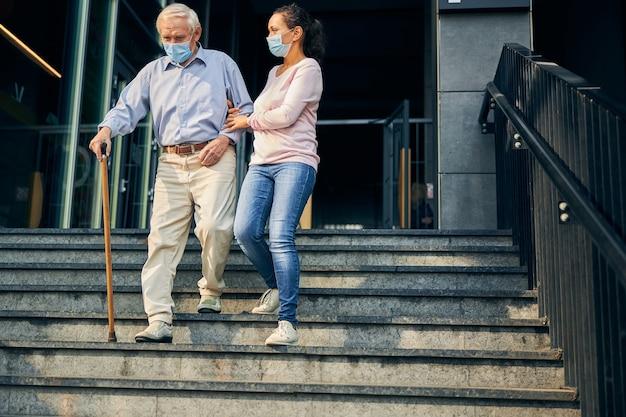 노인들에게 도움과 지원 제공