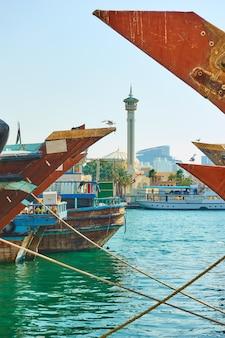 아랍 에미리트 연방 두바이 개런드 모스크의 크릭과 첨탑에서 아라비아 선박의 뱃머리