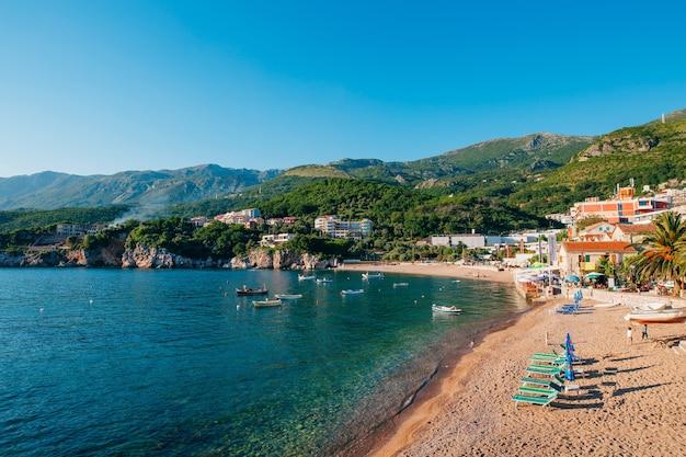 Пржно черногория пляжные лежаки и зонтики на пляже t