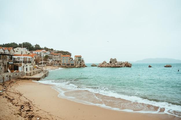 Przno 몬테네그로 해변 일광욕 침대와 해변 t에 우산