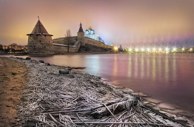 Velikaya 강 유역의 프 스코프 크렘린과 겨울 저녁의 서리가 내린 잔디