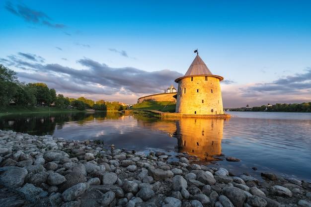 Псковский кремль, россия, на закате, освещенный лучами солнца, у слияния двух рек, великой и пскова.