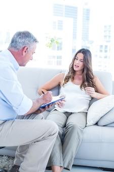 Психиатр консультирует беременную женщину дома