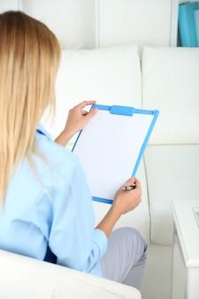 精神科医が治療セッション中に記録を残す