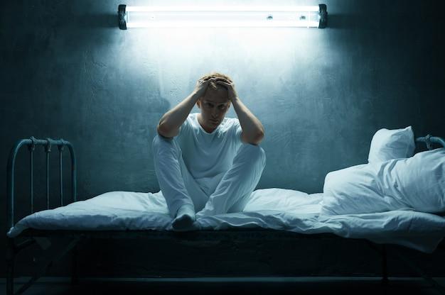 침대에 앉아 사이코 남자, 어두운 방 .. 매일 밤, 우울증과 스트레스, 슬픔, 정신 병원에 문제가있는 환각적인 사람