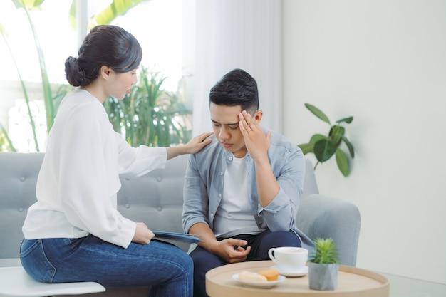 心理学者のコンサルティングと心理療法のセッション。ストレスの多い男性が、うつ病や問題について医師に感情的に語っています。