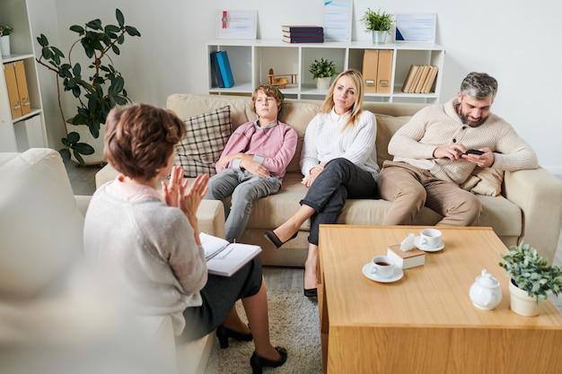 セッションで家族に状況を説明する心理学者