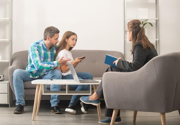 心理学者は、お父さんと電話中毒の娘の女の子に家族療法を施します。