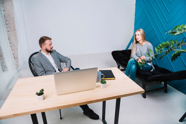 オフィスで彼女のメスの患者とのセッションを持つ心理学者