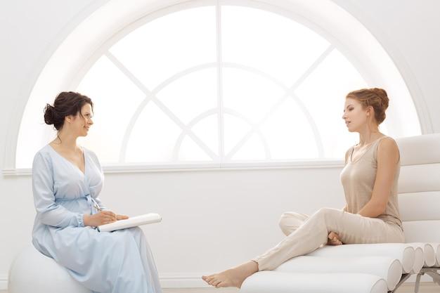 オフィスで患者とセッションをしている心理学者。実施するプロの心理学者