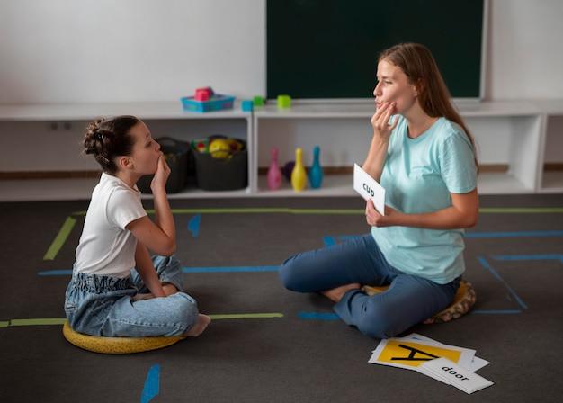 言語療法で女の子を助ける心理学者