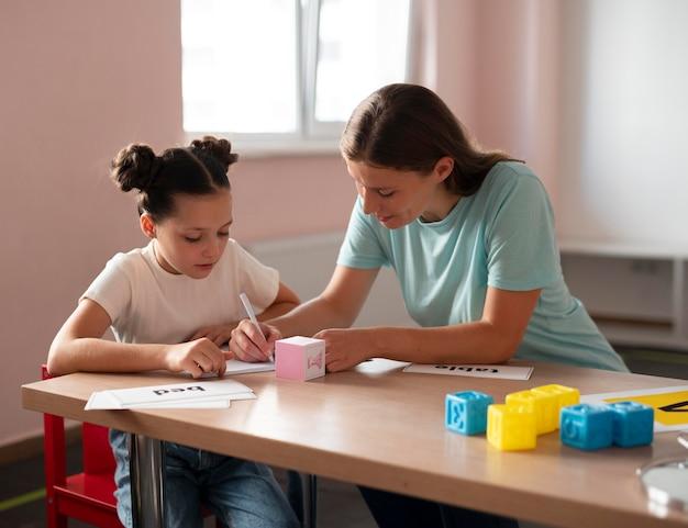 言語療法で少女を助ける心理学者