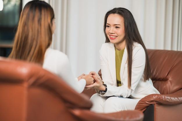 심리학자는 손을 잡고 여성 환자의 문제를 이해하는 데 도움을 줍니다.