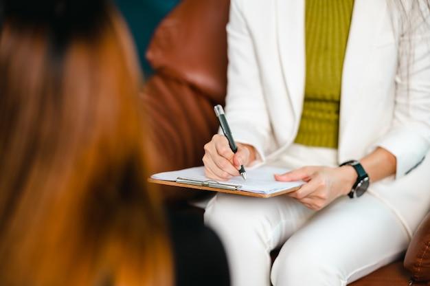 여성 환자의 문제를 이해하면서 병력을 기록하는 심리학자