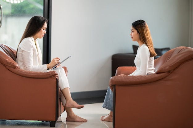 心理学者は女性患者の問題を理解するための支援を提供します