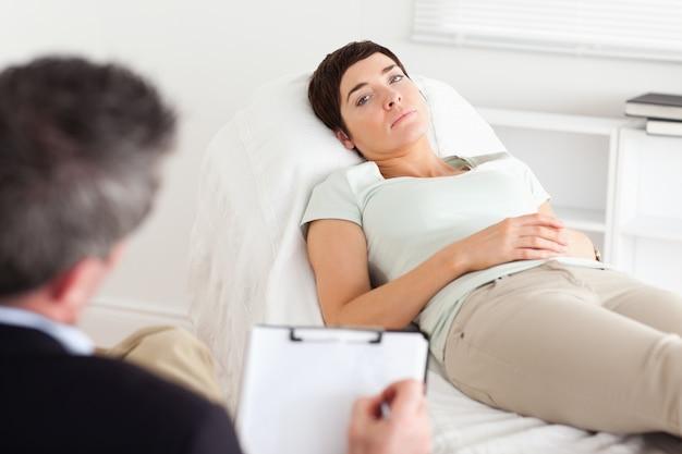 うつ病女性患者と話す心理学者