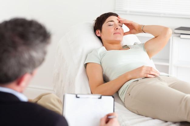 うつ病患者と話す心理学者